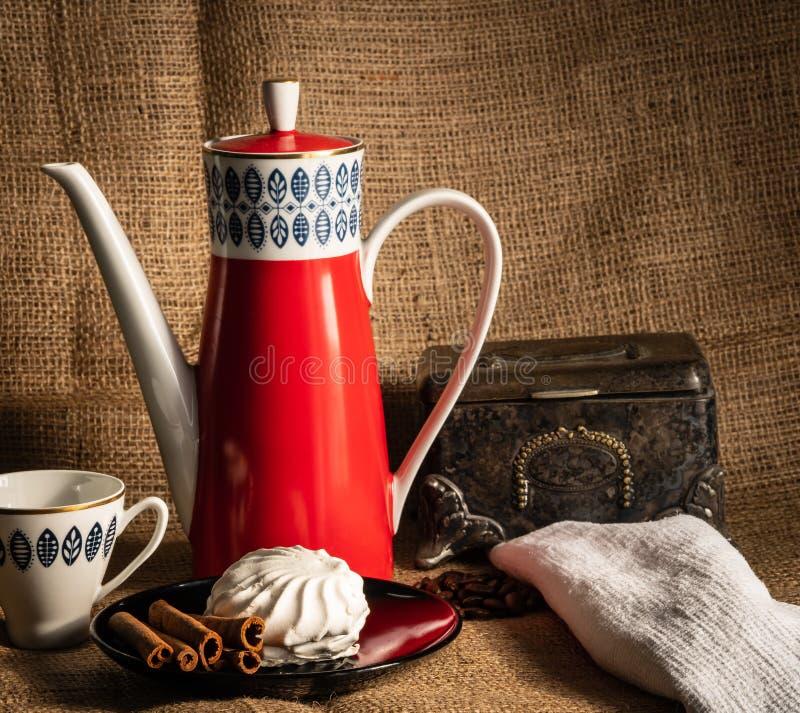 Kuchen und Kaffee auf dem Tisch lizenzfreies stockfoto