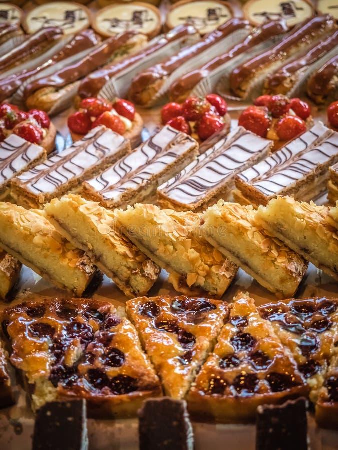 Kuchen und Nachtische reichlich lizenzfreies stockbild