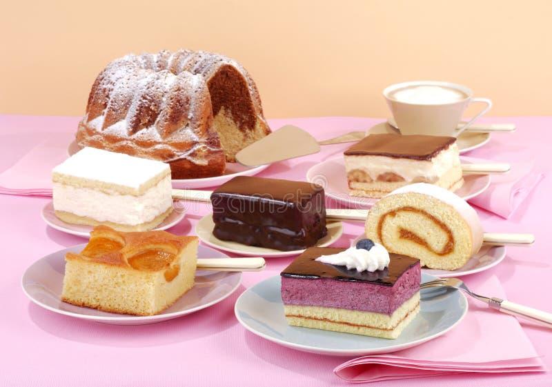 Kuchenbuffet stockfoto. Bild von hoch, nett, glasur, tabelle - 16095362