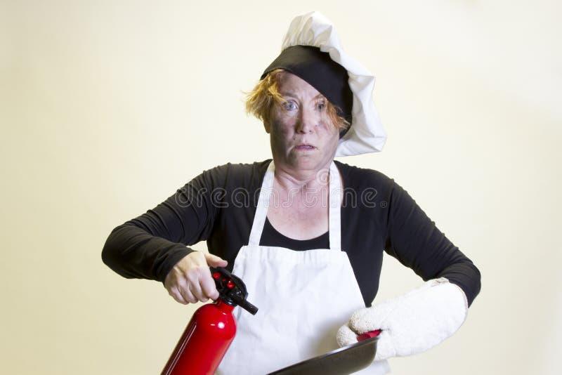Kuchenna katastrofa, szefa kuchni kapelusz i pożarniczy gasidło, zdjęcie stock