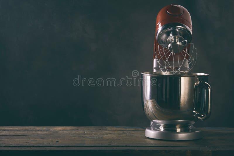 Kuchenna melanżer pozycja na drewnianym countertop fotografia royalty free