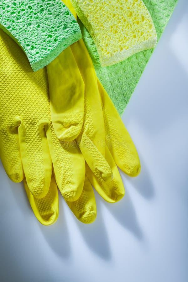 Kuchennego dishwashing ochronnych rękawiczek sukienne gąbki na białym bac fotografia royalty free
