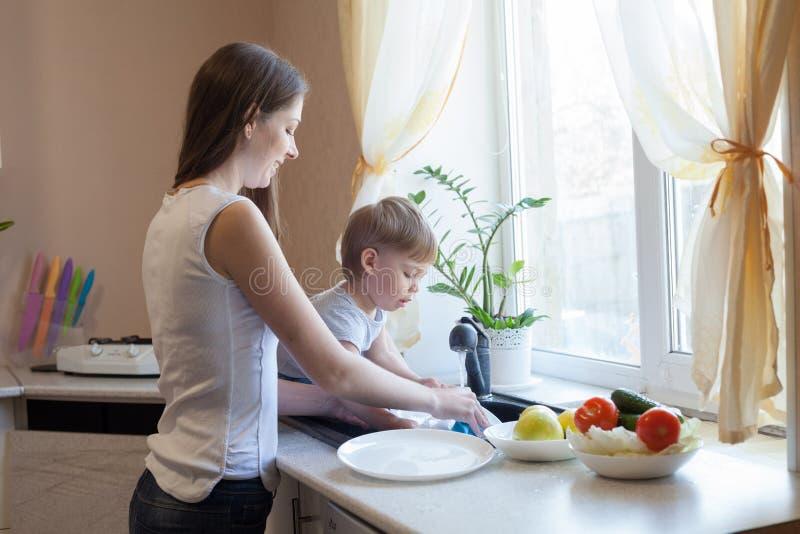 Kuchenni mama syna obmycia owoc i warzywo obraz royalty free