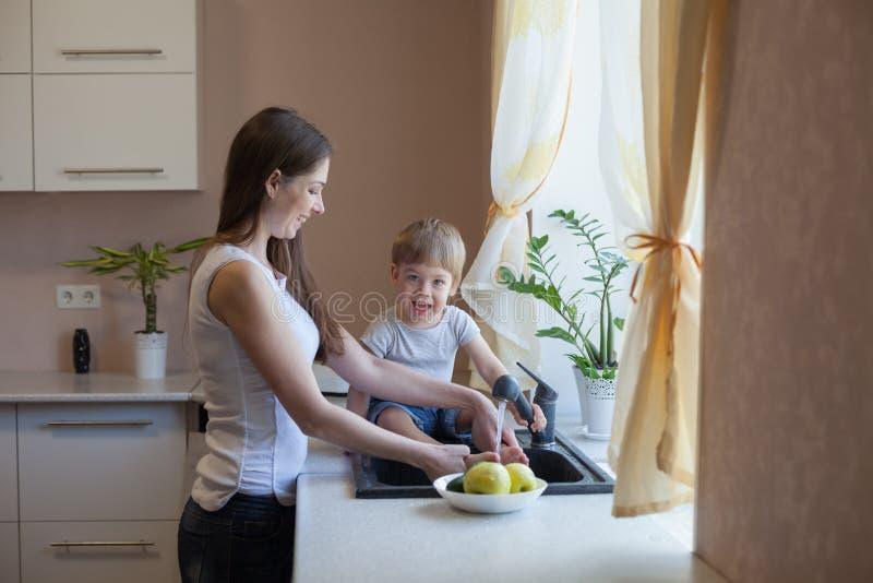 Kuchenni mama syna obmycia owoc i warzywo fotografia royalty free