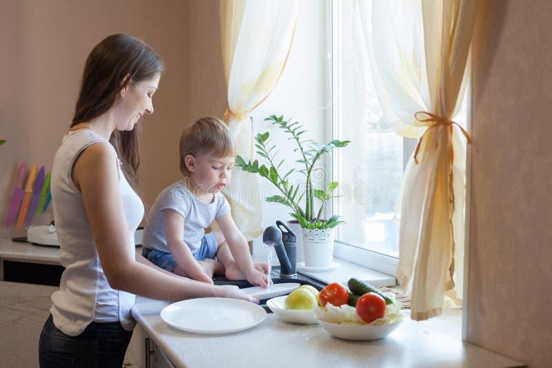 Kuchenni mama syna obmycia owoc i warzywo fotografia stock