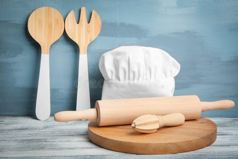 Kuchenni naczynia i szefa kuchni kapelusz na stole obrazy stock