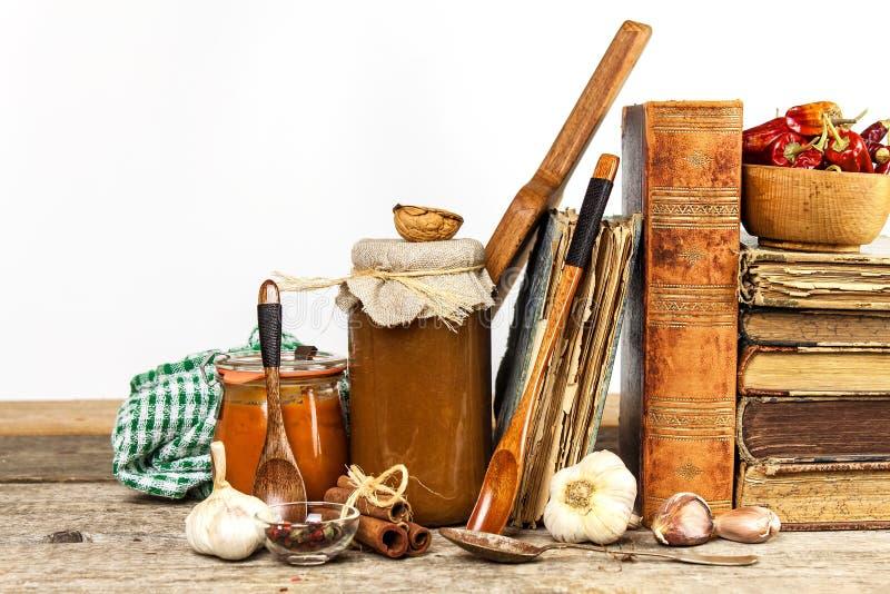 Kuchenni naczynia na drewnianym stole Biały tło karmowa ilustracyjna kuchenna przygotowania wektoru kobieta Książka kucharska i k fotografia stock