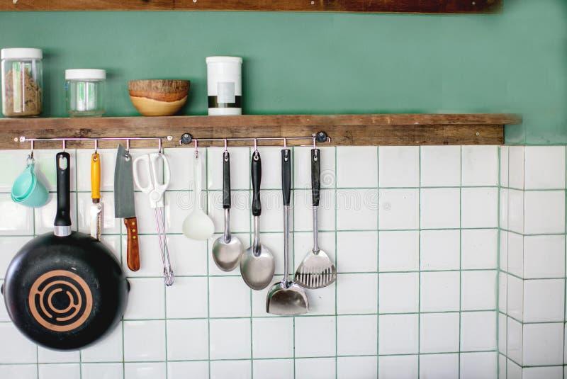 Kuchenni naczynia na praca wierzchołku w nowożytnej kuchni obraz royalty free