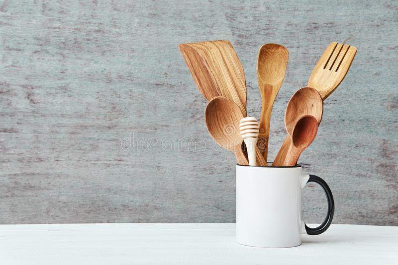 Kuchenni naczynia w ceramicznej fili?ance na szarym tle, kopii przestrze? obraz royalty free