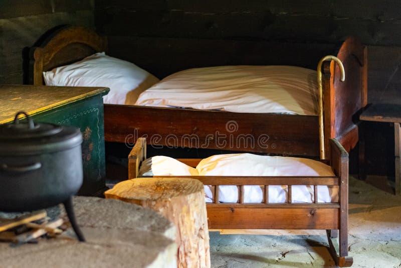 Kuchenni naczynia we wn?trzu starego tradycyjnego wiejskiego drewnianego domu fotografia stock
