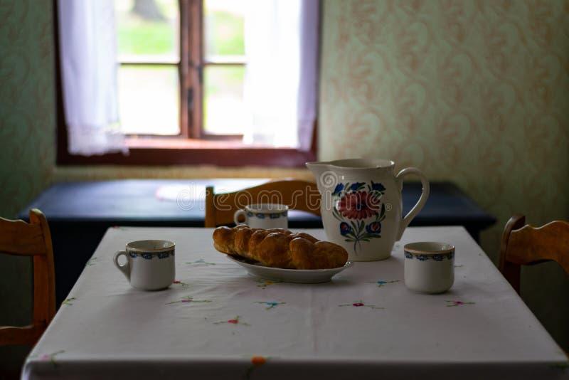 Kuchenni naczynia we wn?trzu starego tradycyjnego wiejskiego drewnianego domu zdjęcia royalty free