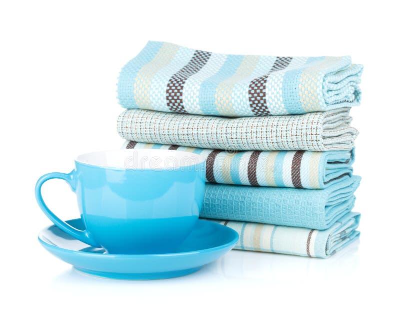 Kuchenni ręczniki i filiżanka zdjęcie royalty free