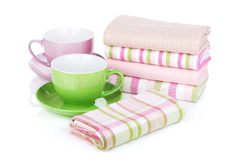 Kuchenni ręczniki i filiżanki zdjęcie stock