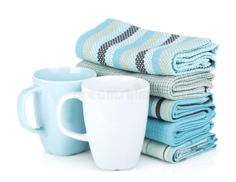 Kuchenni ręczniki i herbaciane filiżanki obraz stock