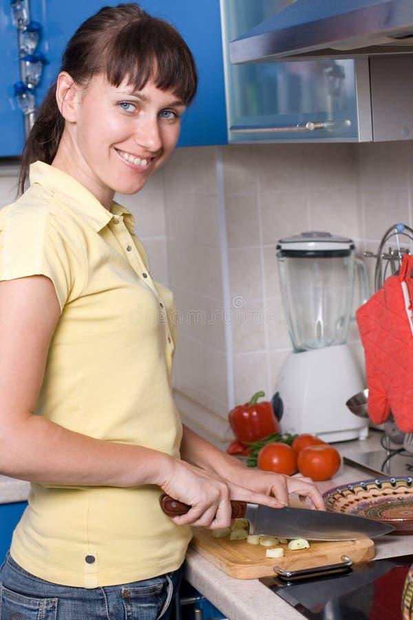 kuchenni sałatkowi przecinania kobiety potomstwa zdjęcie royalty free