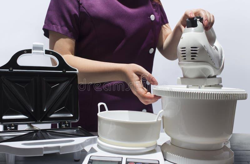 Kuchenni urządzenia: opiekacz, ważący maszynowego i karmowego melanżer zdjęcia royalty free