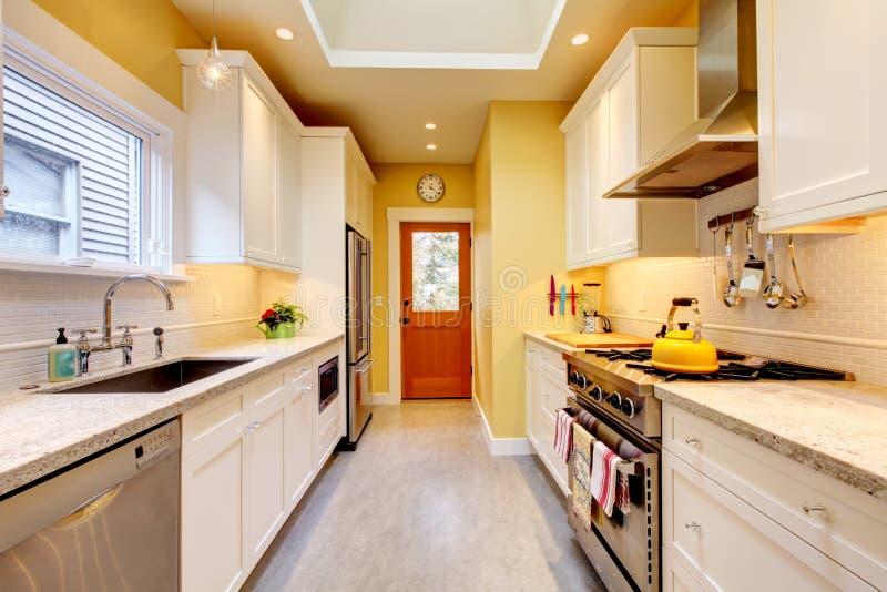 kuchenny nowożytny wąski biały kolor żółty obraz stock