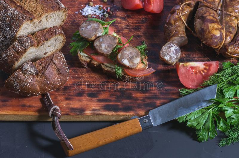 Kuchenny skład na kuchennej desce świeże pietruszka zdjęcia stock