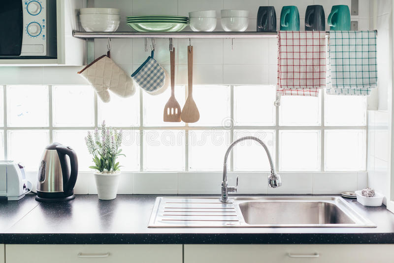 Kuchenny wnętrze i naczynia zdjęcie royalty free