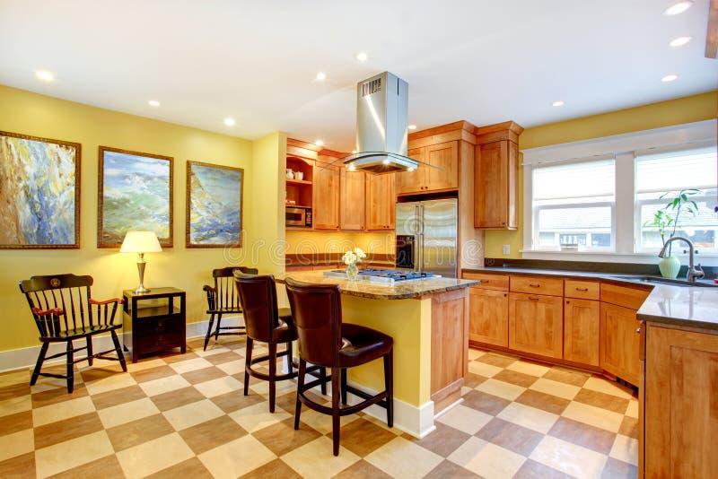 kuchenny wnętrze. Kolor żółty ściany i pofałdowana podłoga zdjęcia royalty free