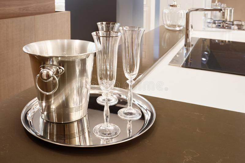 Kuchenny wnętrze, stalowy wiadro dla lodu, taca, szkła w nowożytnej kuchni z stalowym melanżerem, brązu kamienny countertop, kuch zdjęcie royalty free