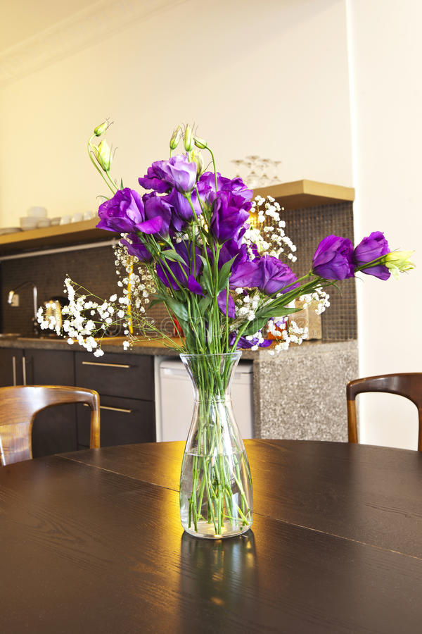 Kuchenny wnętrze z kwiatami obraz stock