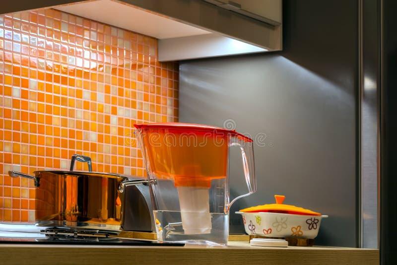 Kuchenny wnętrze z naczyniami zdjęcia royalty free