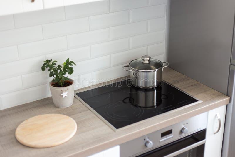 Kuchenny wnętrze z nowożytnym pasmem i piekarnikiem fotografia stock