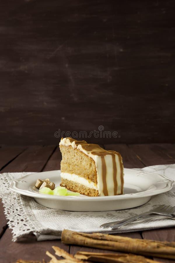 Kuchenscheibe mit strukturiertem Hintergrund stockbilder
