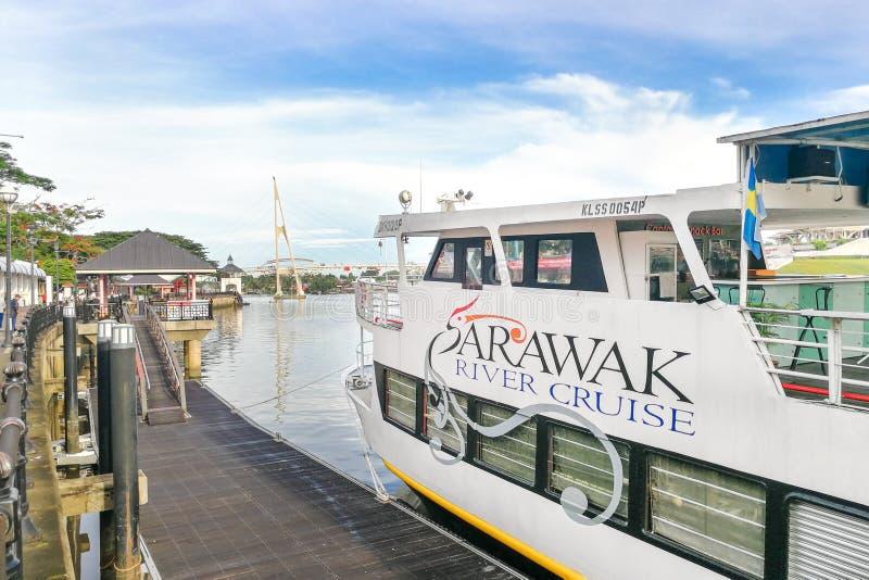 KUCHING, MALÁSIA, o 18 de abril de 2019: O cruzeiro do rio de Sarawak fornece o turista a experiência de cruzamento ao longo do fotografia de stock