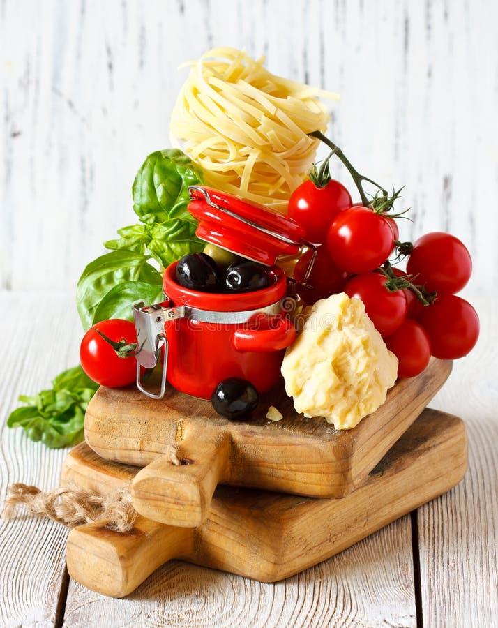 kuchni karmowych składników włoska pizza tradycyjna zdjęcia stock