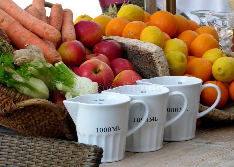 Kuchni wciąż życie z owoc i warzywo i białej porcelany pomiarowymi filiżankami obrazy royalty free