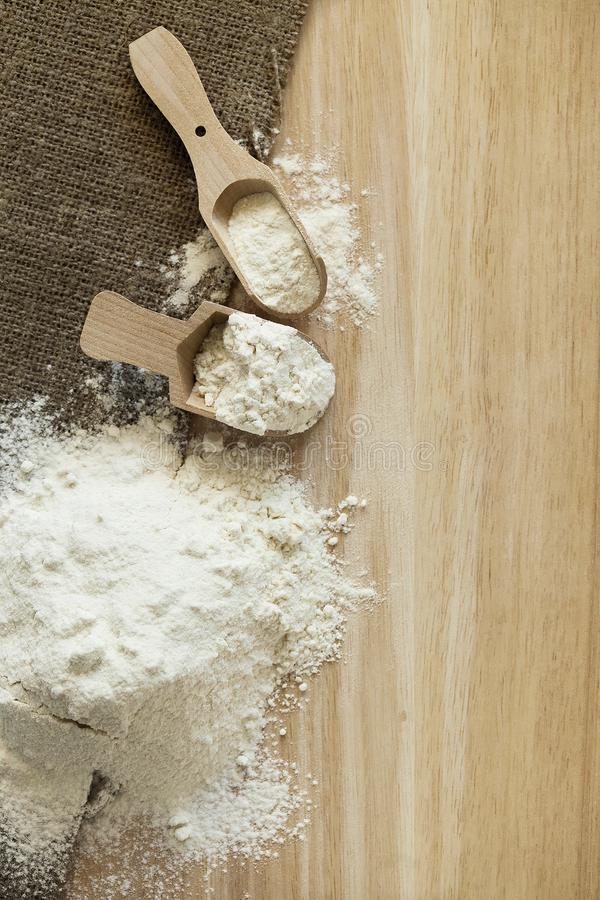Kuchni wciąż życie z pszeniczną mąką i wypiekowymi składnikami Odgórny widok fotografia stock