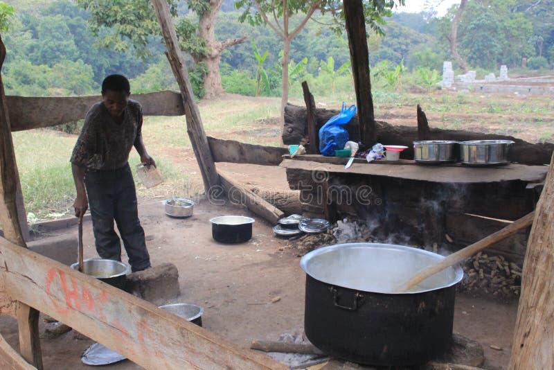 Kuchnia biedna wiejska szkoła Przy stosem przygotowywa Afrykańską krajową owsiankę kukurudza - Ugali zdjęcie royalty free