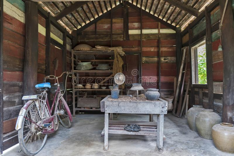 Kuchnia i naczynia eksponujący przy Ho Chi Minh ` s pomnika domem w Nakhon Phanom, Tajlandia fotografia stock