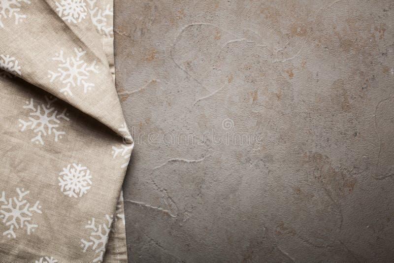 Kuchnia kamienia stół z ręcznikiem Odgórny widok z kopii przestrzenią Betonowy beżowy tło z odrobina rdzą zdjęcie royalty free