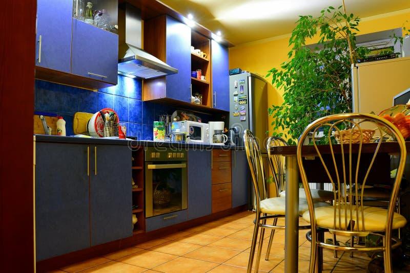 Kuchnia w intymnym domowym izbowym wnętrzu w Vilnius obrazy royalty free
