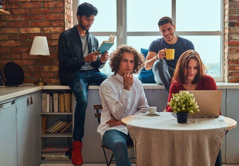 Kuchnia w studenckim dormitorium Grupa międzyrasowi ucznie angażujący w edukaci fotografia royalty free