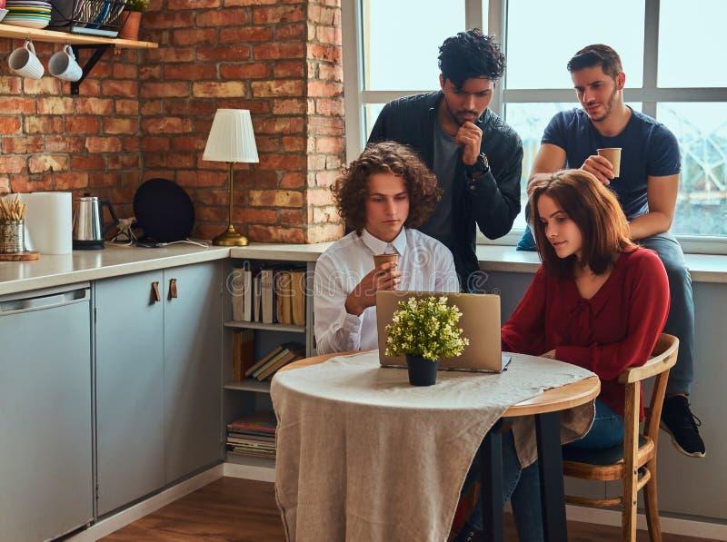 Kuchnia w studenckim dormitorium Grupa międzyrasowi ucznie angażujący w edukaci obrazy royalty free