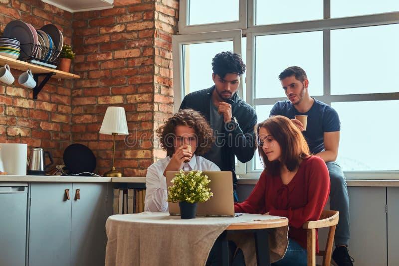 Kuchnia w studenckim dormitorium Grupa międzyrasowi ucznie angażujący w edukaci fotografia stock
