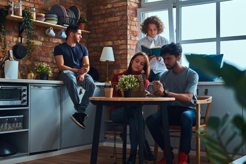 Kuchnia w studenckim dormitorium Grupa międzyrasowi ucznie angażujący w edukaci zdjęcia stock