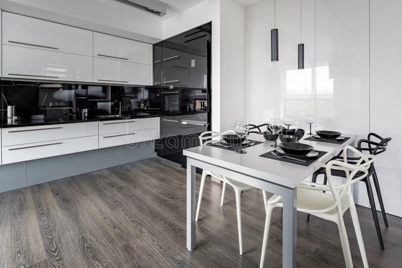 Kuchnia z bielu stołem zdjęcia stock