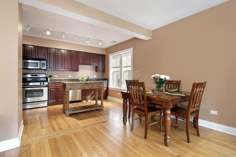 Kuchnia z czereśniowym drewnianym cabinetry obrazy royalty free