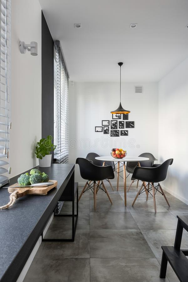 Kuchnia z długim, granitowym countertop, fotografia stock