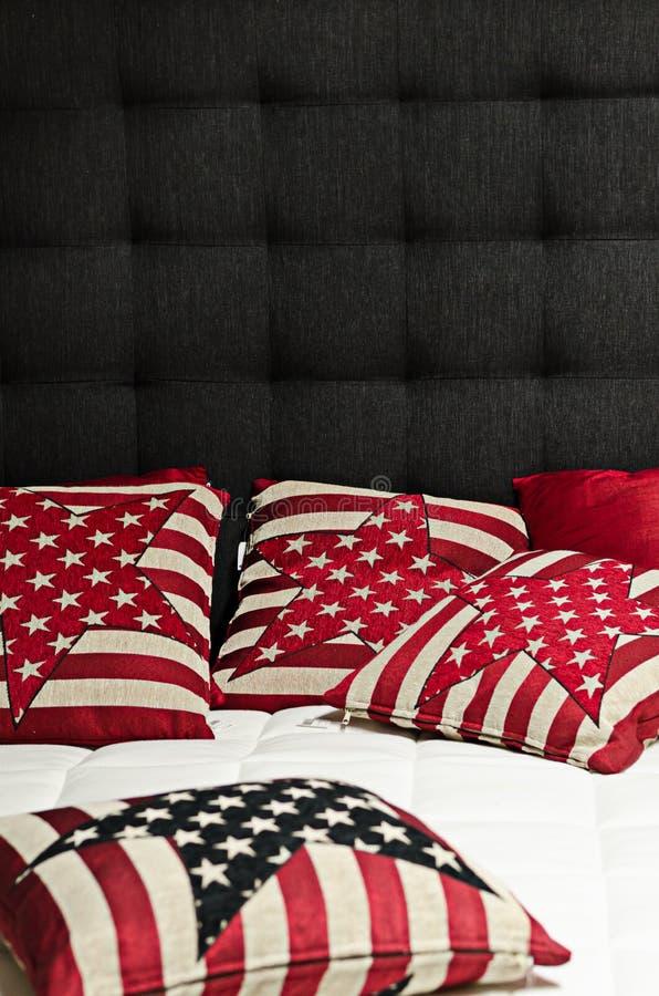 Kuddar i säng royaltyfri bild