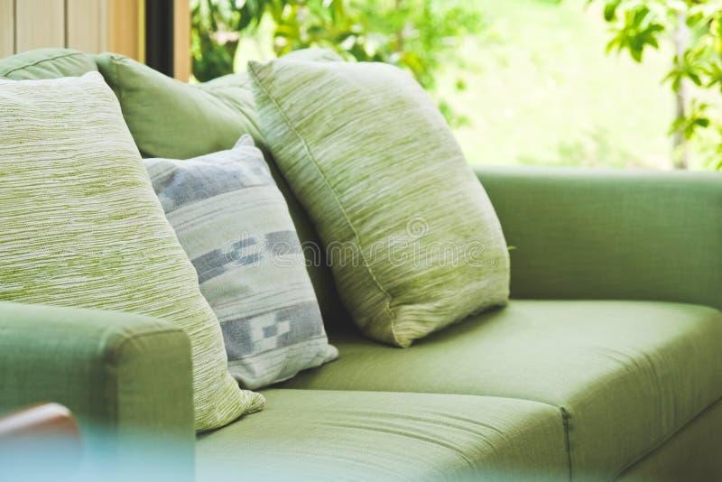 Kudde på soffan arkivfoton
