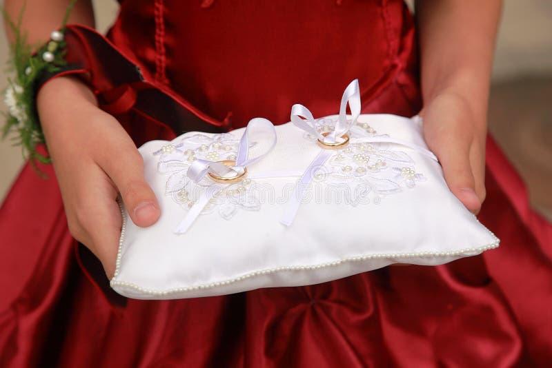 kudden ringer bröllop royaltyfri foto