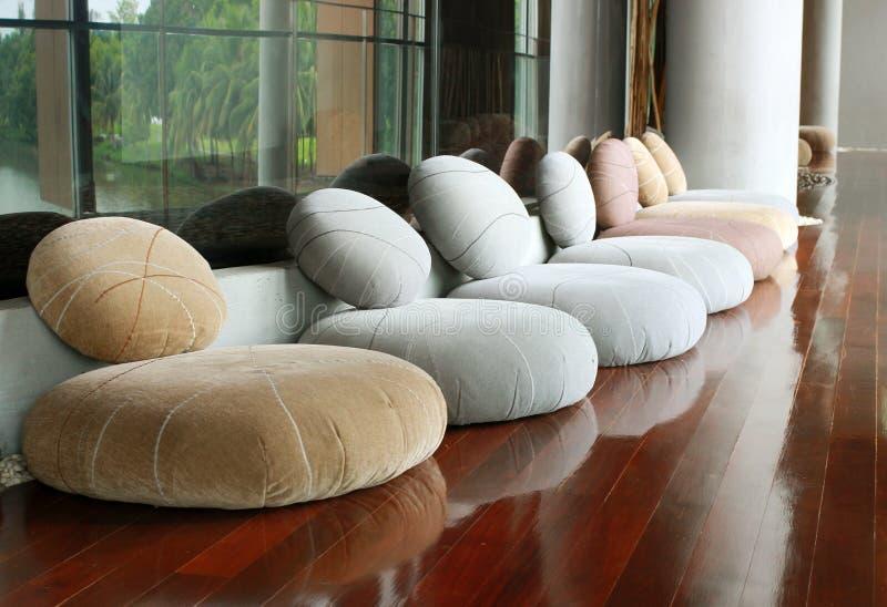 Kuddeplats i tyst rum för meditation royaltyfri fotografi