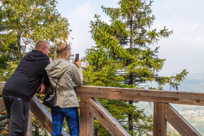 Kudowa Zdroj, Polonia - 15 de septiembre de 2018: Turista en plataforma de observación en las montañas en un día de verano fotografía de archivo libre de regalías