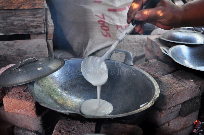 Kue Apem Os bolos fizeram da farinha de arroz e t?m um favo de mel como a textura fotografia de stock royalty free